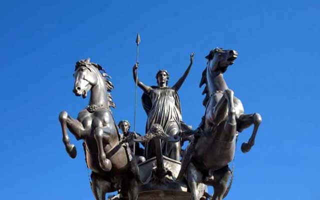 বুডিকা ও তার দুই কন্যার ব্রোঞ্জের ভাস্কর্য