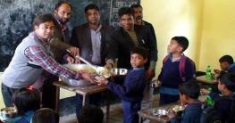 রৌমারীর খনজনমারা সরকারি স্কুলে শিক্ষার্থীদের মাঝে খাবার বিতরন