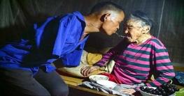 মুখে চামচ নিয়ে বৃদ্ধ মাকে খাওয়ান হাত-হিন ছেলে