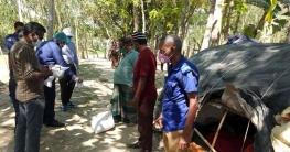 বেদে পরিবারের পাশে খাদ্য সহায়তা নিয়ে গাইবান্ধার ইউএনও