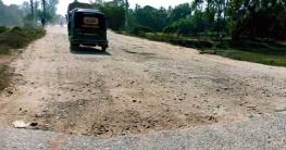 খানাখন্দে ভরা বাঁশখালী প্রধান সড়ক: ঝুঁকির কবলে যোগাযোগ ব্যবস্থা!