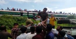 টাঙ্গাইলে ট্রেন দূর্ঘটনা: যাত্রীদের পানি পান করালেন সেনাবাহিনী