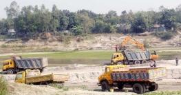 টাঙ্গাইলে পুংলী নদীতে অবাধে বালু উত্তোলনে হুমকিতে রেলসহ সড়ক