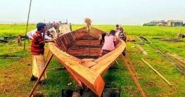 যমুনায় বাড়ছে পানি, নৌকা বানাতে ব্যস্ত ভুঞাপুরে কারিগররা