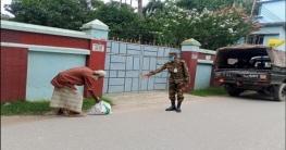 টাঙ্গাইলে সেনাবাহিনীর ত্রাণ সামগ্রী বিতরণ