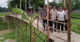 উল্লাপাড়ায় ২ গ্রামের মানুষের যাতায়াতের একমাত্র ভরসা বাঁশের সাঁকো