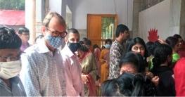 মির্জাপুরে পূজা মন্ডপ পরিদর্শন করেছেন ব্রিটিশ হাইকমিশনার